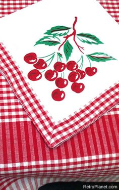 Cherries Napkins and Tablecloth Set (retro) - this looks an awful lot like a table cloth I have tucked in a drawer. Vintage Love, Retro Vintage, Vintage Kitchen, 1950s Kitchen, Vintage Style, Cherry Kitchen, Red Kitchen, Summer Kitchen, Kitchen Things