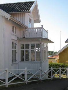 Sjöboden: Vackra verandor... och en & annan balkong Swedish Style, Swedish House, Garden Shed Diy, This Old House, Beachfront House, House Trim, Cottage Exterior, Villa, Beach Cottages