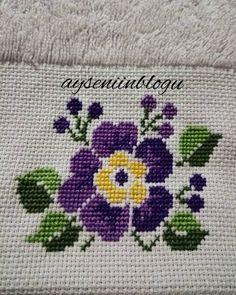 Nenhuma descrição de foto disponível. 123 Cross Stitch, Cross Stitch Flowers, Cross Stitch Designs, Hand Embroidery Designs, Embroidery Kits, Cross Stitching, Diy And Crafts, Crochet, Lassi