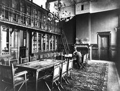 Interieur van het kantoor van de Levensverzekeringsmaatschappij De Utrecht (Leidseweg 2) te Utrecht: bibliotheek. 1902