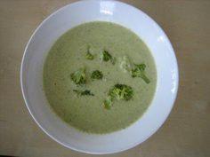 Das perfekte Brokkolicremesuppe mit Schmelzkäse-Rezept mit Bild und einfacher Schritt-für-Schritt-Anleitung: Brokkoli in Röschen teilen und in Salzwasser…