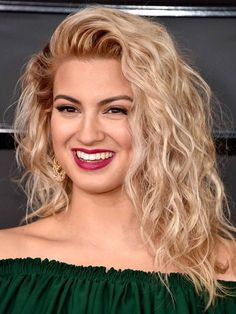 Forget the glossy, old-Hollywood blowouts and sleek, sky-high top knots that typically rule the red carpet. For the Grammys 2017, singers stepped out on the award show red carpet proudly rocking their natural texture.