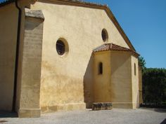 Côté gauche de Saint-Pierre de Jouques, vu de l'intérieur du cimetière.