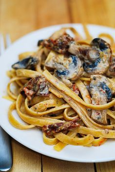 Sun Dried Tomato and Mushroom Pasta with Garlic-Basil Sauce. I would minus the sun dried tomatoes and add stewed or diced tomatoes. Great Recipes, Vegan Recipes, Cooking Recipes, Favorite Recipes, Vegetarian Recipes For Lunch, Tasty Pasta Recipes, Shrimp Recipes, Sauce Recipes, Summer Recipes
