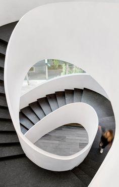 Oficinas SMA – GSM | Sordo Madaleno Arquitectos Office Interior Design, Modern Interior, Construction Area, Architecture Details, Interior Doors, Modern Interior Doors, Corporate Design, Work Spaces, Staircases