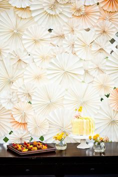diy pinwheel backdrop http://weddingwonderland.it/2015/04/backdrop-fai-da-te.html