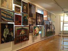 Ophangen van schilderijen op zaal