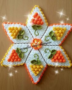 HUZUR SOKAĞI (Yaşamaya Değer Hobiler) Crochet Ornaments, Crochet Crafts, Crochet Doilies, Crochet Flowers, Fabric Flowers, Crochet Projects, Crochet Stitches Patterns, Baby Knitting Patterns, Crochet Designs