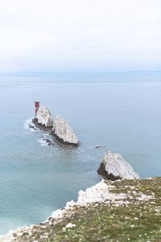 The famous Needles and its red lighthouse on Isle of Wight Isle Of Wight England, Honeymoon Style, Holiday Lettings, And So The Adventure Begins, Ultimate Travel, Portsmouth, Trip Planning, Lighthouse, Adventure Travel