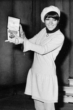 MAry quant - người tạo ra chiếc mini skirts đầu tiên . tạo ra một cơn bão thời trang cho giới trẻ . một chuỗi các cửa hàng của bà luôn được giới trẻ yêu thích vì kiểu dáng hợp xu hướng , giá cả hợp túi tiền