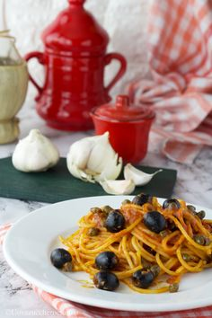 Gli spaghetti olive e capperi al pomodoro sono un primo piatto semplice e gustoso; una ricetta della cucina tradizionale toscana.