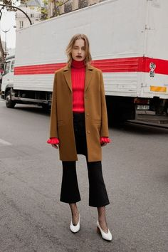 camel coat and red turtleneck Looks Street Style, Looks Style, Style Me, Look Fashion, Womens Fashion, Fashion Trends, How To Wear Culottes, Mode Inspiration, Mode Style