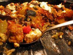 *Džuveč z vepřového*  1.Vše nakrájíme na kostky. Prvních pět ingrediencí (maso) pečeme 80 minut v přikrytém pekáčku.  2. Přidáme zeleninu, olej, rýži a vodu, zamícháme a dále dusíme přikryté 20 minut. Poté přidáme koření a protlaky a opět promícháme.  3. Přiostříme podle chuti pálivou paprikou, můžeme posypat sýrem (i zalít vejci se sýrem) a pečeme odkryté dalších 20 minut.