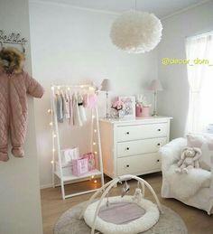 bilder tips barnrum inspiration flicka rosa rolig nyaste 💕 fairy lights round the hanging frame Ikea Baby Room, Baby Bedroom, Baby Room Decor, Kids Bedroom, Nursery Twins, Baby Boy Nurseries, Nursery Room, Fairy Lights, Hanging Lights