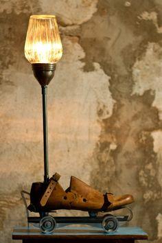 lampara con horma antigua de zapato  www.casasdepelicula.blogspot.com