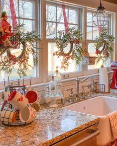 addobbi-natalizi-cucina-30 Christmas Kitchen Decor, Decor, Window Decor, Christmas Decor Diy, Indoor Christmas, Country Kitchen, Christmas Home, Home Decor, White Christmas Decor