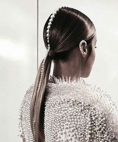 Pearls Hair Braut – Tutorial Per Capelli Hair Inspo, Hair Inspiration, Runway Hair, Editorial Hair, Beauty Editorial, Mohawk Hairstyles, Super Hair, Pearl Hair, Grunge Hair