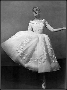Barbara in white organdy dress with roses embroidered 'en relief' of white organdy and glittering strasse by Jacques Fath, photo by Georges Saad, 1956 Jacques Fath, Vogue Vintage, Vintage Glamour, Vintage Beauty, Fifties Fashion, Retro Fashion, Fifties Style, Club Fashion, Grunge Fashion