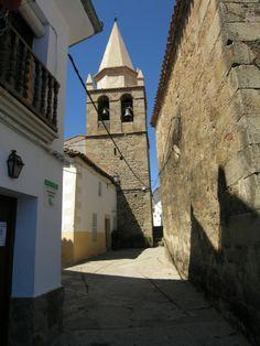 """La Torre de la Iglesia de Ssan Nicolas, con su """"Picota"""" restaurada y separada de la iglesia por la calle."""