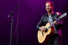 ele canta em hospitais, ele oferece guitarras lindas e cor de rosas :D