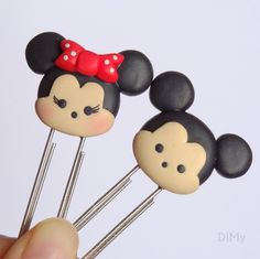 Clips da Minnie e do Mickey- Tsum Tsum Cute Polymer Clay, Cute Clay, Fimo Clay, Polymer Clay Charms, Polymer Clay Projects, Polymer Clay Creations, Clay Crafts, Polymer Clay Jewelry, Polymer Clay Disney
