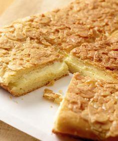 Der darf auf keiner Kaffeetafel fehlen: Bienenstich mit knusprigem Mandelkrokant und feiner Puddingcreme – lecker!