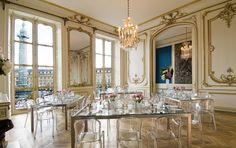 Ici, au-delà des palaces et des joailliers, le véritable luxe réside dans la Place Vendôme elle-même, un bijou du XVIIIème siècle sertissant la Colonne comme une pierre précieuse