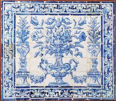 """""""Albarrada"""" painel de 56 azulejos decoração a azul Português séc. XVIII"""