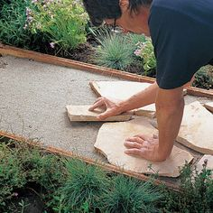 How to install a flagstone garden path ~ Sunset magazine Stepping Stone Pathway, Flagstone Pathway, Outdoor Walkway, Outdoor Stairs, Walkways, Stone Paths, Paver Walkway, Garden Steps, Garden Paths