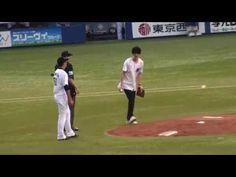 ▶ 2015.06.11 声優江口拓也始球式 球審ドアラの卍が炸裂!? - YouTube
