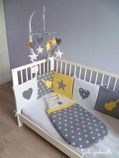 Tour de lit, gigoteuse, mobile pour la chambre de notre fils. Création : guili gribouilli Thème : rock, étoile, cœur Couleur : jaune, gris, blanc, grey, yellow, baby room