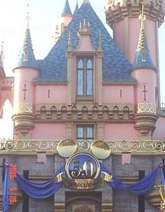 Disneyland on a Budget: How This Single Mom Does It On One Income. I could write one of these... Scored killer deals on airfare, hotel and a car for our trip.