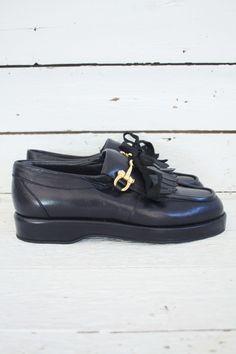 Mijn hartje ging sneller kloppen bij het vinden van deze partij ongedragen vintage schoenen. Schattige Mary-Janes, unieke two-tones, dr. Martens.... allemaal in nieuwstaat!  Check de unieke collectie, de komende tijd zal er meer worden toegevoegd, dus blijf de shop in de gaten houden. www.sugarsugar.nl #deadstockvintage #deadstockshoes #onlinevintage #newvintageshoes #vintageshoes #vintagedrmartens #vintagedocs