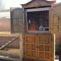 Dit kippenhok is gemaakt in een oude kast.