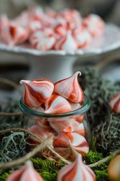 Gestreifte Pfefferminz Baiser | Striped Peppermint Meringue | Rezept auf carointhekitchen.com | #baiser #meringue #pfefferminz #peppermint #gift #chrismas #geschenk #weihnachten #einfach