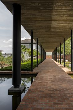 Image 3 of 41 from gallery of House / DRTAN LM Architect. Desktop Background Pictures, Modern Courtyard, Outdoor Walkway, Covered Walkway, Modern Landscaping, Landscaping Ideas, Backyard Landscaping, Amazing Buildings, Marquise