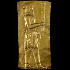 Placa de Ouro.O Império Persa foi destruído com a conquista de Persépolis pelo Exército de Alexandre o Grande. Durante a conquista, a capital foi queimada e a maior parte dos papiros que contavam sua história acabaram perdidos.Esta placa de ouro, datado entre o 5º e o 4º séculos a.C, pertence ao Tesouro de Oxus, encontrado na região de Takht-i Kuwad, atual Tadjiquistão.
