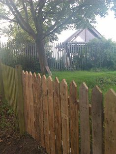 Picket Fence made from Pallets - http://dunway.info/pallets/index.html
