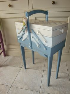 Les nouvelles croix de symiote: Travailleuse relookée ! Wooden Sewing Box, Vintage Sewing Box, Sewing Table, Hand Painted Furniture, Recycled Furniture, Coin Couture, Sewing Cabinet, Trunks And Chests, Sewing Baskets