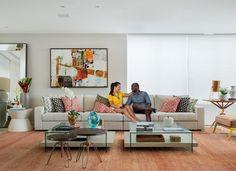 Tons de laranja pontuam uma das salas da casa da atriz Fernanda Souza e do cantor Thiaguinho. Tapete oriental da Casa Julio e quadro da Muui. Sofá Cartesiano, da Home Design. Almofadas, mesas de centro de vidro e laca, e mesas de madeira da LZ Studio (Foto: MCA Estúdio)