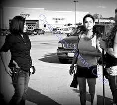 girl carry car guns - Buscar con Google