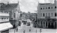 Trecho da Baixa dos Sapateiros, por volta dos anos '30, esquina com a Rua Frei Vicente (à esquerda) e a Rua da Poeira, seguindo à direita. Embaixo, a Baixa dos Sapateiros no final do século 19, em um trecho mais próximo ao Aquidabã, onde foi posteriormente construído o Cine Tupy. Vê-se, acima, a Capela da Casa da Providência, no bairro da Saúde.