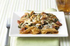 Casserole de pennes au poulet et aux trois fromages/qu'est ce qui mijote/Une délicieuse et onctueuse sauce tomate donne toute sa saveur à ce plat de pâtes au four. Votre famille se croira dans un resto italien.
