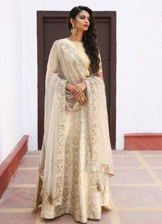 Kareena Kapoor in stunning blush pink Vikram Phadnis bridal lehenga Pakistani Wedding Outfits, Pakistani Bridal Dresses, Pakistani Wedding Dresses, Bridal Outfits, Bridal Lehenga, Indian Outfits, Pink Lehenga, Walima Dress, Lehenga Choli