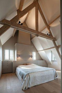 Nok zolder houten balken slaapkamer | poutres apparentes spus le plafond, amenagement sous pente simple et artistique, tchambre en teintes claires
