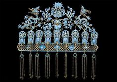Head ornament from a wedding set, Qing dynasty, China, circa in gilded bronze, with kingfisher feathers and natural pearls. Ancient Jewelry, Antique Jewelry, Vintage Jewelry, Royal Jewels, Crown Jewels, Asian Hair Ornaments, V & A Museum, Hair Decorations, Qing Dynasty