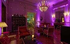 Every Wednesday night, in a chic and festive atmosphere, Parisians can enjoy the beautiful redesigned lounges of Shangri-La Hotel, Paris and have a cocktail or a glass of Champagne to the sound of a DJ. Paris Hotels, Hotel Paris, Paris Paris, Shangri La Paris, Shangri La Hotel, Unique Restaurants, Paris Restaurants, Hotel Lounge, Lounge Sofa