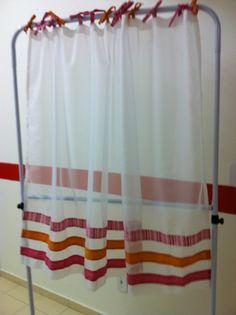 cortina da diana com detalhes na barra e nos prendedores