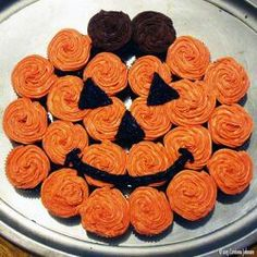 How to Make a Pumpkin Cupcake Cake for Halloween Need an idea for a fun and easy Halloween dessert to serve at a party or school function? This pull-apart pumpkin cupcake cake is super cute and very easy to make! Halloween Baking, Fete Halloween, Halloween Goodies, Halloween Desserts, Halloween Food For Party, Halloween Cupcakes, Halloween Treats, Easy Halloween Cakes, Halloween Birthday Cakes
