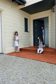 porte d 39 entr e aluminium contemporaine grand vitrage une porte aluminium ouvrant vers l. Black Bedroom Furniture Sets. Home Design Ideas